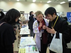 横浜開港150周年イベントのチケットを販売する様子
